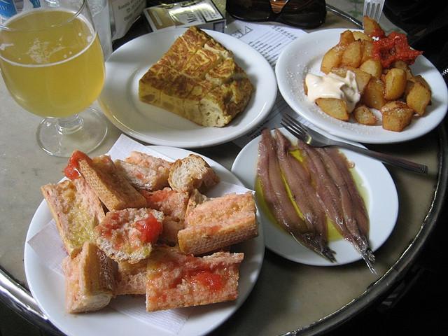 Pan con tomate, anchoas, tortilla y patatas bravas - copyright cvander, Creative Commons License